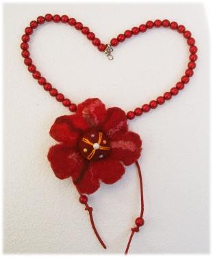 rote Kugelkette mit Filzblüte